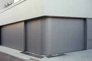 Garagentor-Vertico-Seitenlauftor-in-grau