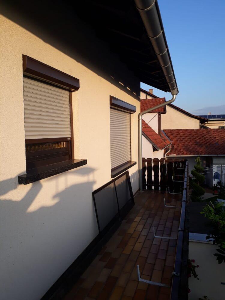 balkon_rollladen_silber_grau_sonnenschutz