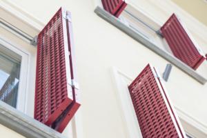 Fenster Schiebeladen rot Nahaufnahme