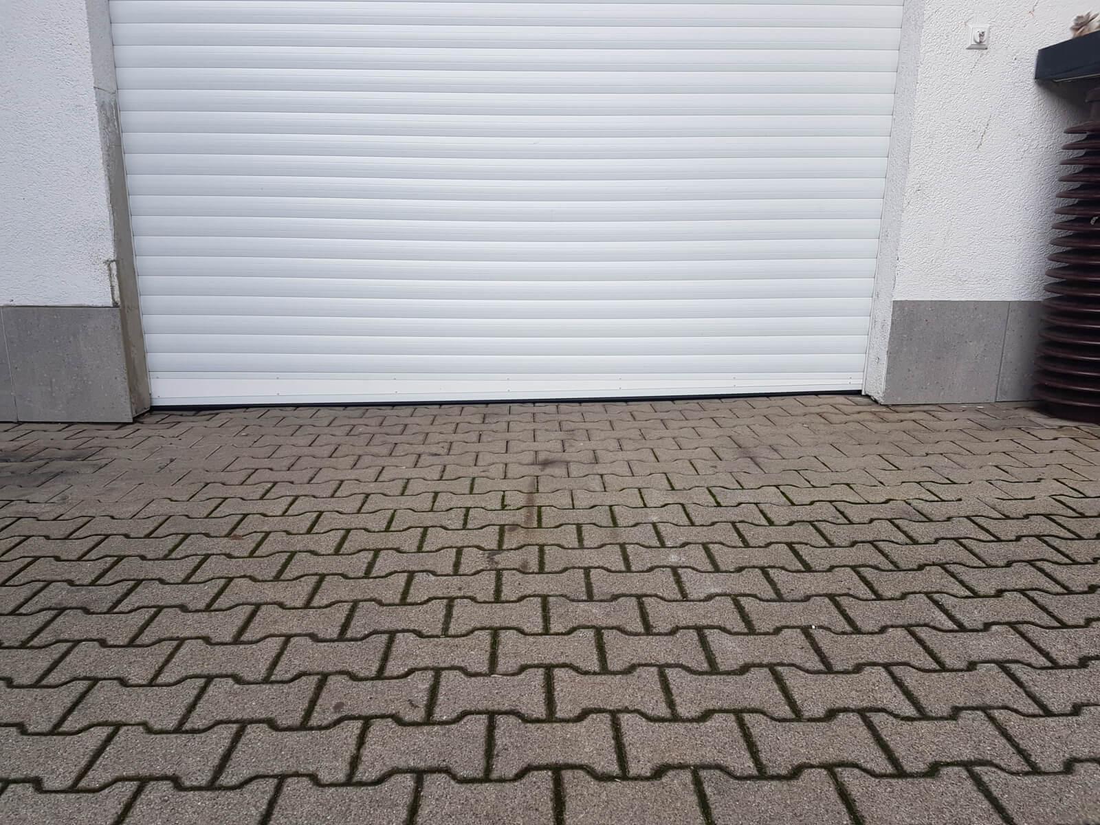 garage_garagentor_weiss_wand_hauswand