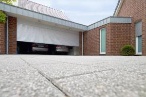 Garagentor silber offen schließen Haus
