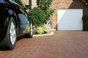 Garage Garagentor nah Boden Auto schwarz