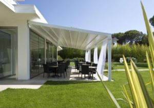 Garten grüne Terrasse Vordach weiß Sommmer