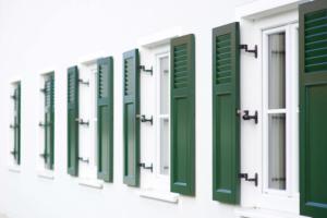 Grün weiß Klappläden Fenster