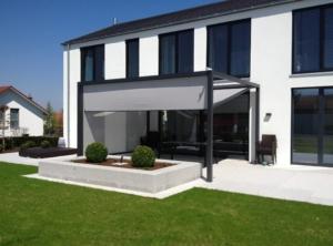 Haus Fassade Markise grau Vorgarten Rasen