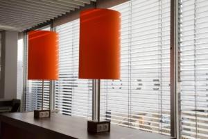 jalousie_flughafen_lampe_modern_weiss_orange_erste_klasse