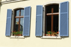 Klappladen blau Fenster Fassade