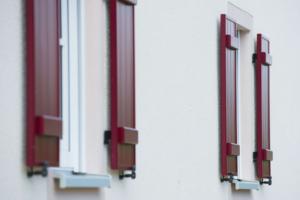Klappläden konventionell rot Fassade weiß