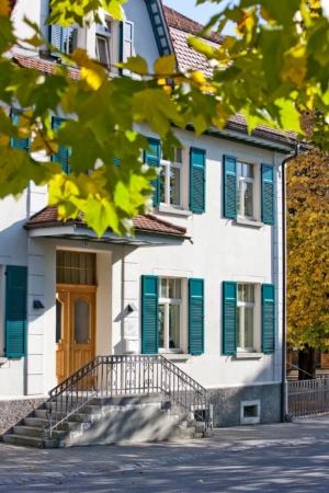 Klappladen weiß blau Haus Fassade