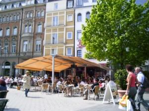Markise Innenstadt Gastro Sonnenschutz Überdachung orange