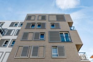 Schiebeläden Fassade Haus hoch braun