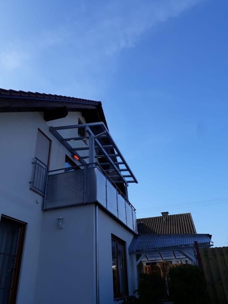 Ein Dach über dem Balkon